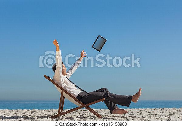 seu, tabuleta, relaxante, convés, jogando, jovem, vitorioso, homem negócios, cadeira - csp15158900