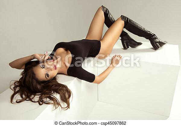 sexy, frau, brünett, liegen, damenunterwäsche - csp45097862