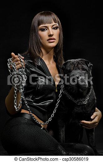 sexy frau hund sch ne frau sitzen hund junger schwarzer hintergrund. Black Bedroom Furniture Sets. Home Design Ideas