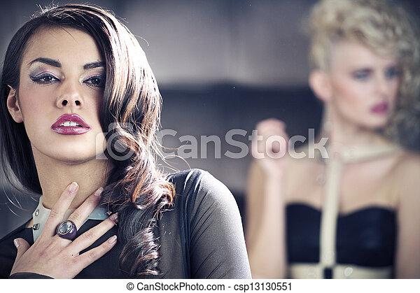 Retrato de dos mujeres sexy - csp13130551