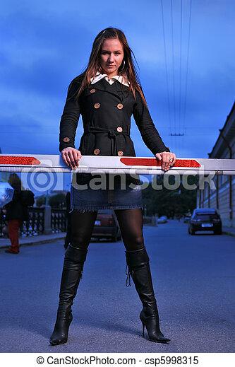 Chica sexy en la barrera - csp5998315