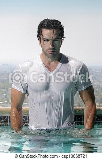 Hombre sexy en la piscina - csp10068721