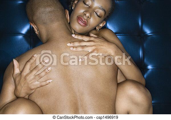 Sexy nacktes Paar, das sich umgibt. - csp1496919