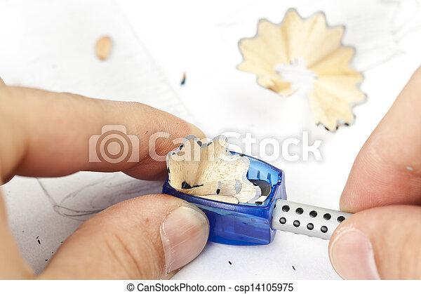 Einen Bleistift mit einer Schärpe zu verschärfen. - csp14105975