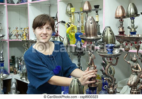 La mujer elige a Sheesha en la tienda - csp8930323