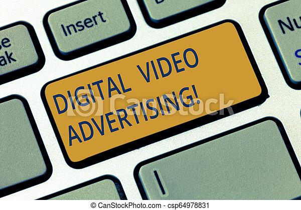 Escribir a mano conceptual mostrando publicidad digital de vídeo. Foto de negocios mostrando a la audiencia de compromiso en forma de contenido de video la clave de Keyboard para crear una idea de mensaje informático. - csp64978831