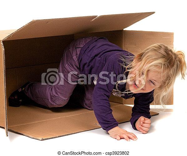Niño en caja de cartón. Si me mudo a la caja. - csp3923802