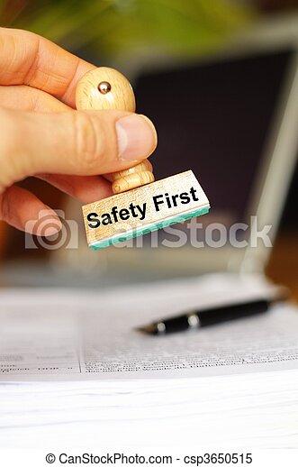 Sicherheit zuerst - csp3650515