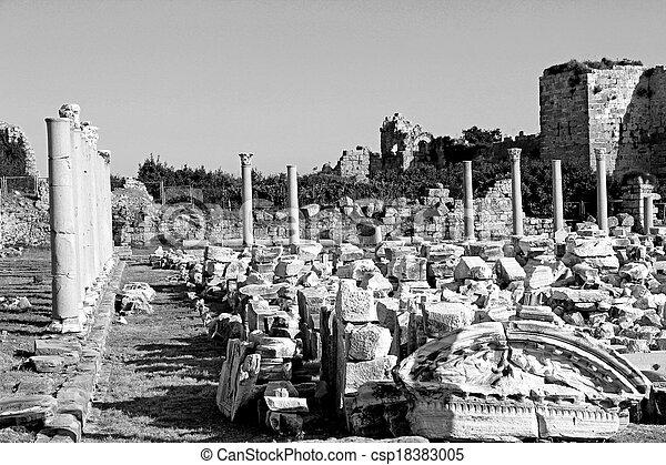 Pavo. Lado. Las ruinas antiguas en blanco y negro - csp18383005