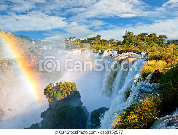 Cae Iguazu, una de las nuevas siete maravillas de la naturaleza. Un sitio de herencia mundial de la UNESCO. Vista desde el lado argentino. - csp8152577