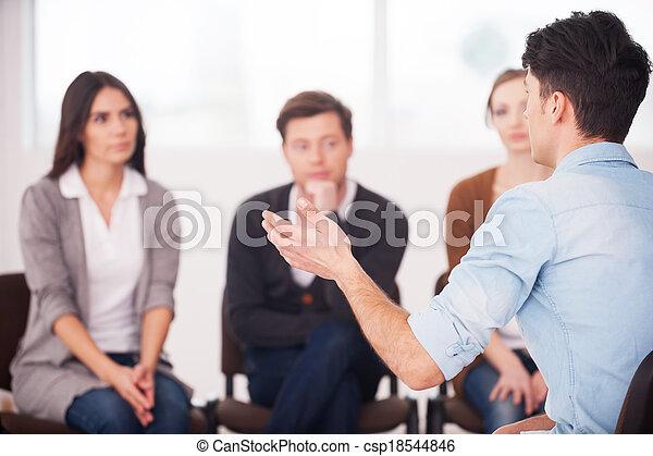 sien, groupe, séance, gens., gens, problèmes, faire gestes, dire, quoique, partage, quelque chose, écoute, vue frontale, lui, homme - csp18544846