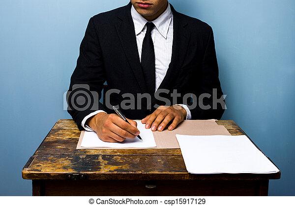 Signer documents vieux bureau bois homme affaires.