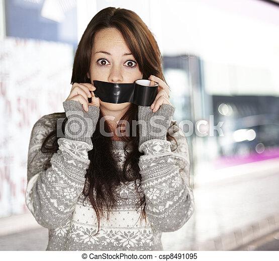 Retrato de chica asustada siendo silenciada en la calle - csp8491095