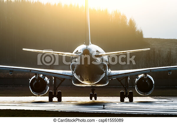 silhouette, erleuchtet, sonne, runway., flugzeug, konturen, kontrast - csp61555089