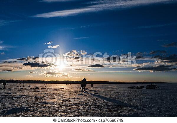 silhouettes, peche, hiver, groupe, pêcheurs hommes - csp76598749