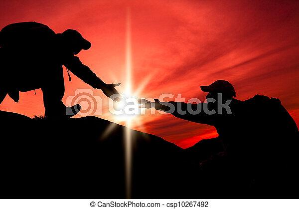 silhuett, två, hand, portion, mellan, klättrare - csp10267492