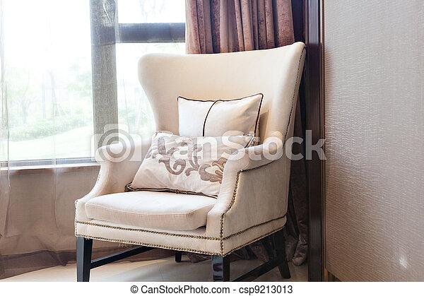 El sillón está cerca de la ventana - csp9213013