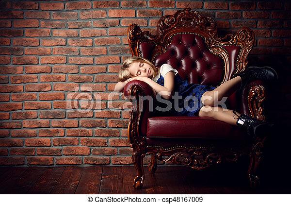 Durmiendo en el sillón - csp48167009