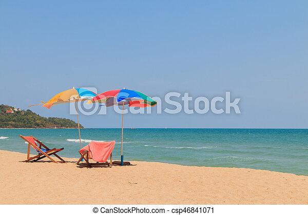 silla de la playa, paraguas - csp46841071