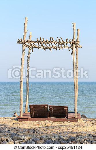 Dos sillas de playa bajo techo de madera - csp25491124