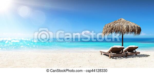 Dos sillas bajo parasol en la playa tropical - csp44128330