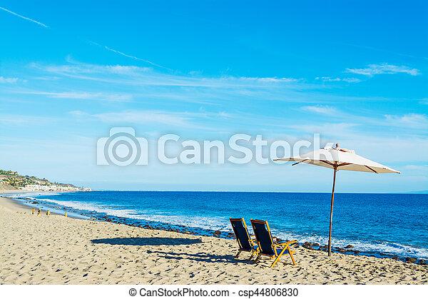 Sillas de playa y sombrilla en Malibú - csp44806830