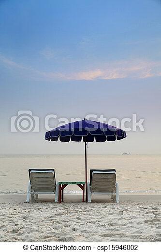 Playa tropical con sillas y sombrilla - csp15946002