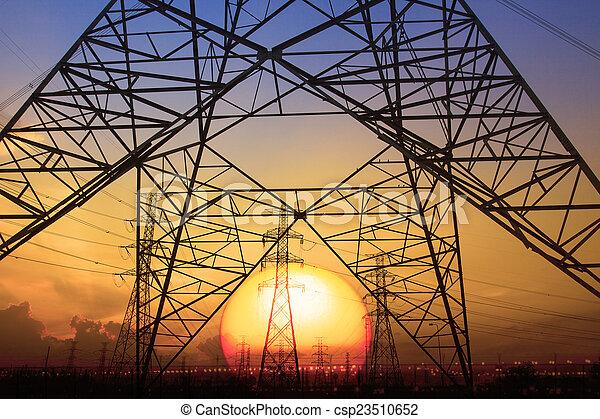 Silueta de puesta de sol escena de alto voltaje estructura de poste eléctrico - csp23510652