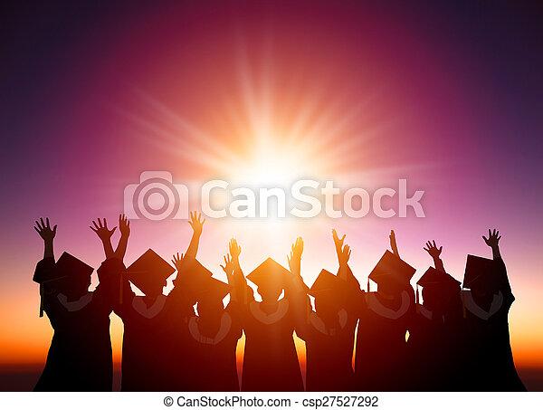 silueta, mirar, estudiantes, luz del sol, celebrar, graduación - csp27527292