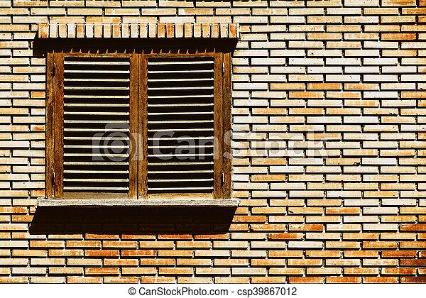 Una simple ventana en la pared de ladrillos rojos - csp39867012