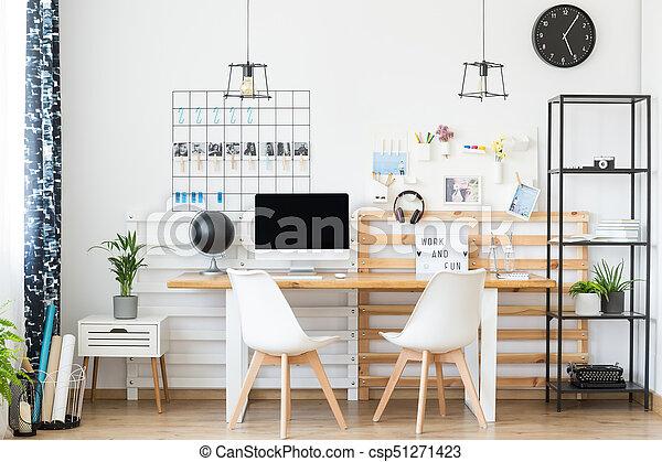 Simple espacio de trabajo con mesa de madera - csp51271423