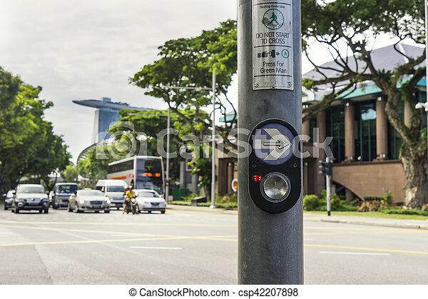 Botón para caminar cruzando la carretera en el centro de Singapur - csp42207898