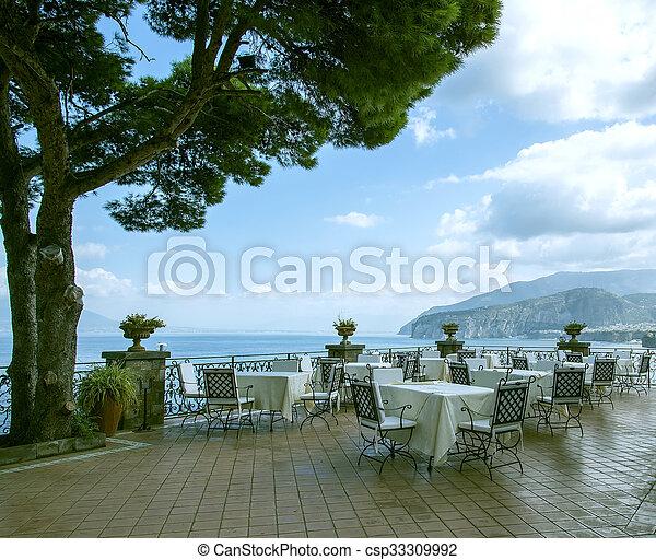 sjösida, italy., ett slags tvåsittssoffa, restaurang - csp33309992
