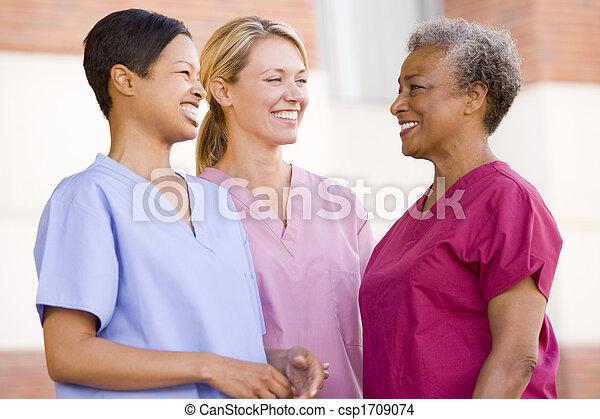 sköterskan, stående, utanför, sjukhus - csp1709074