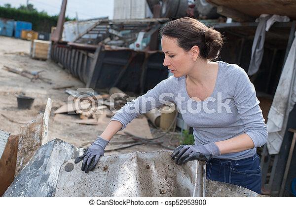 skrotupplag, arbetare, kvinnlig - csp52953900