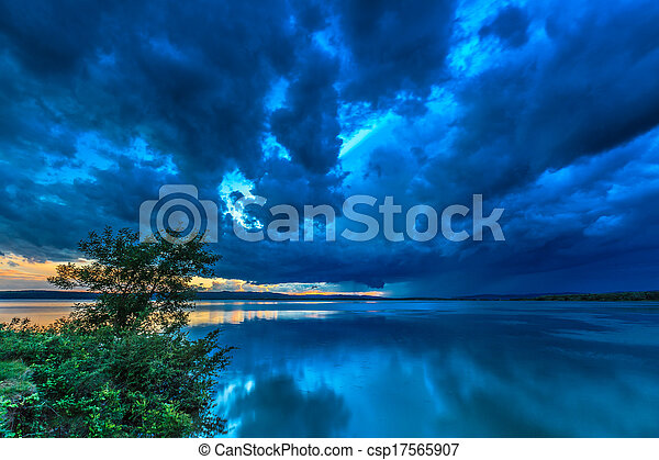 skumma skyar, oväder - csp17565907