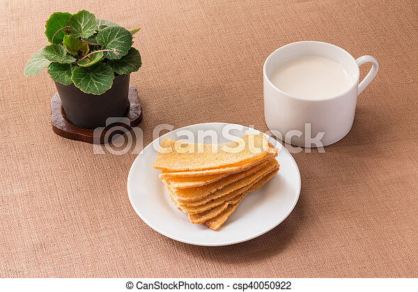 Sliced crispy bread in white ceramic dish. - csp40050922