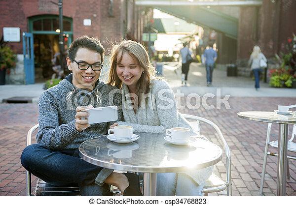 smartphone, カフェ, 2人の人々 - csp34768823