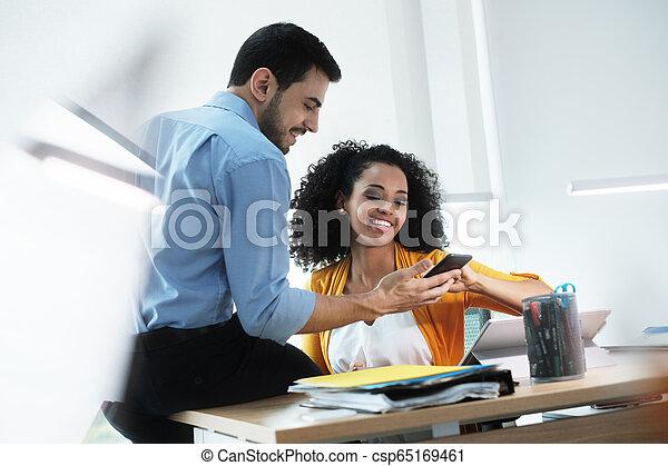 smartphone, bureau affaires, gens, images, vidéo regardant, rire - csp65169461