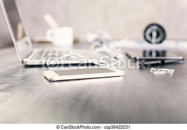 Smartphone en escritorio de diseñador - csp36422231