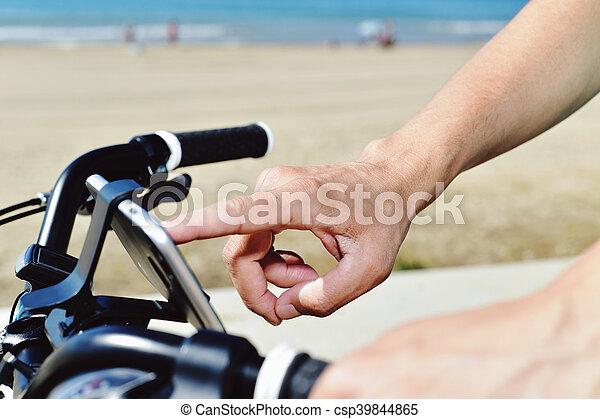 smartphone, fahrrad, junger, gebrauchend, reiten, mann - csp39844865