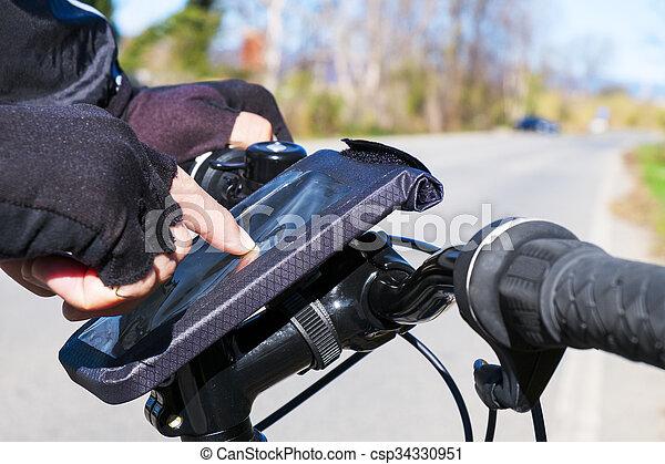 smartphone, fahrrad, junger, gebrauchend, reiten, mann - csp34330951