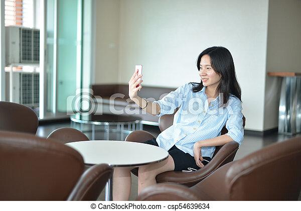 smartphone, handlowy, selfie, przypadkowy, kobieta, asian, wpływy - csp54639634