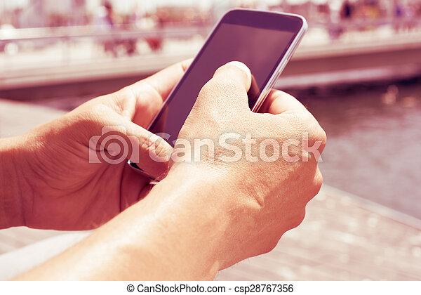 smartphone, junger, effekt, filter, draußen, gebrauchend, mann - csp28767356