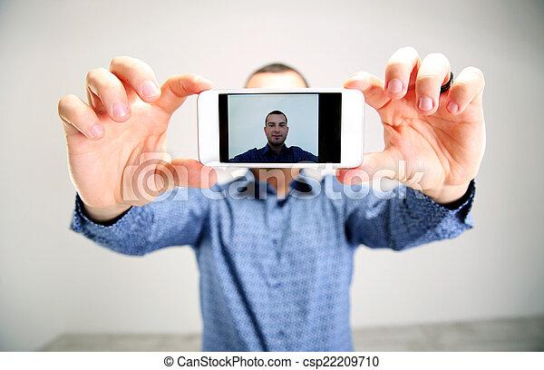 smartphone, prendre, selfie., foyer, portrait, homme - csp22209710