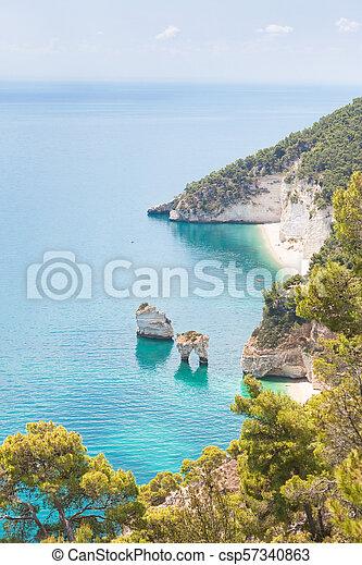 Grotta smeralda, Apulien - Wandern an der Küste von Smeralda - csp57340863