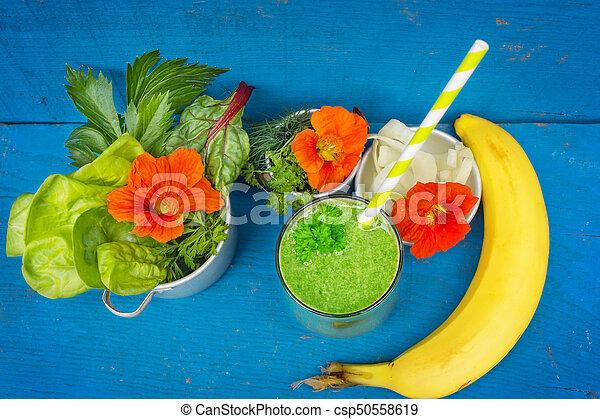 Grüner Smoothie mit Chard, Salat, Banane - csp50558619