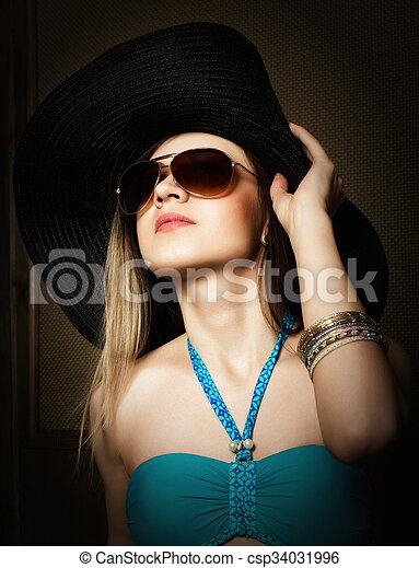 Victoria »som en gammel kvinde klædt i sort og temmelig ulykkelig«, siger han.