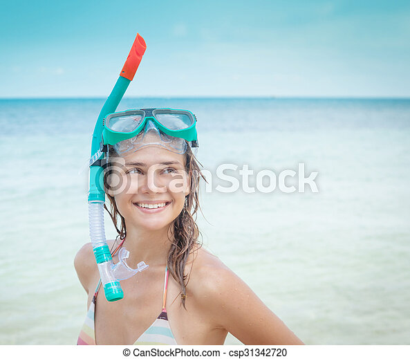 Una mujer con una máscara para bucear en el fondo del mar - csp31342720