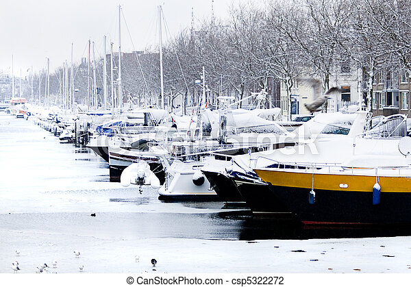 Snow in the city - yachts in winter harbor - csp5322272